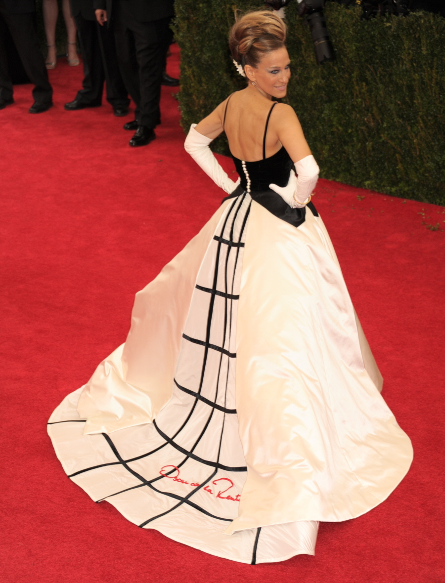 sarah-jessica-parker-met-ball-2014-07-oscar-de-la-rent-gown-train1